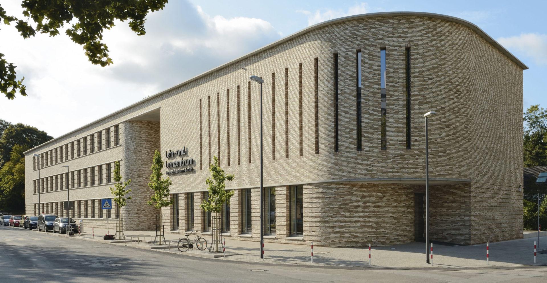 Lehr- und Lernzentrum Hauteingang